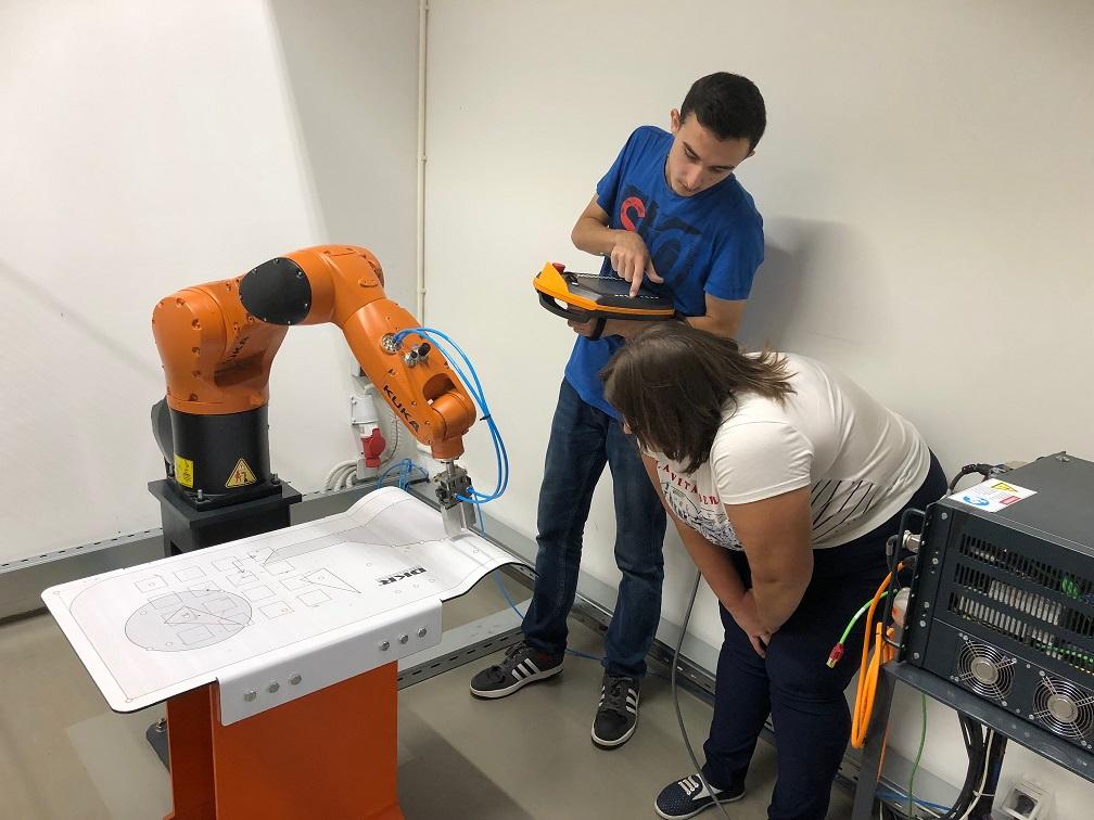 Jongeren leren werken met industriële robots